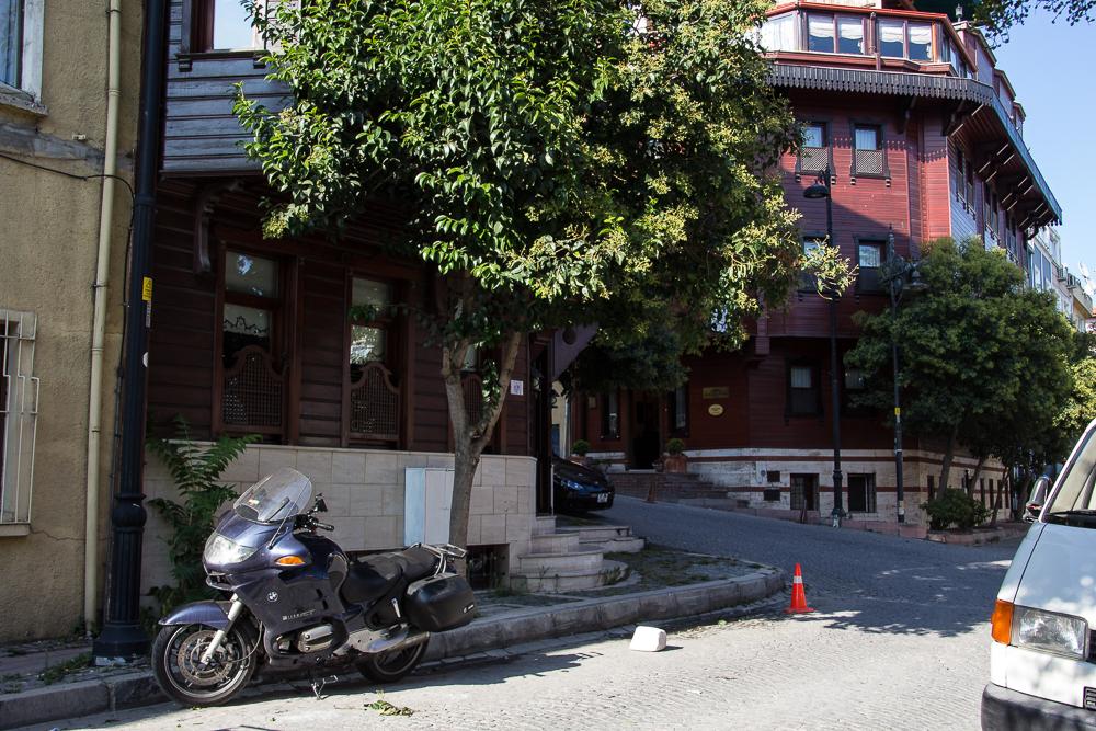 Die Dicke vor dem Hotel Emine Sultan in Istanbul